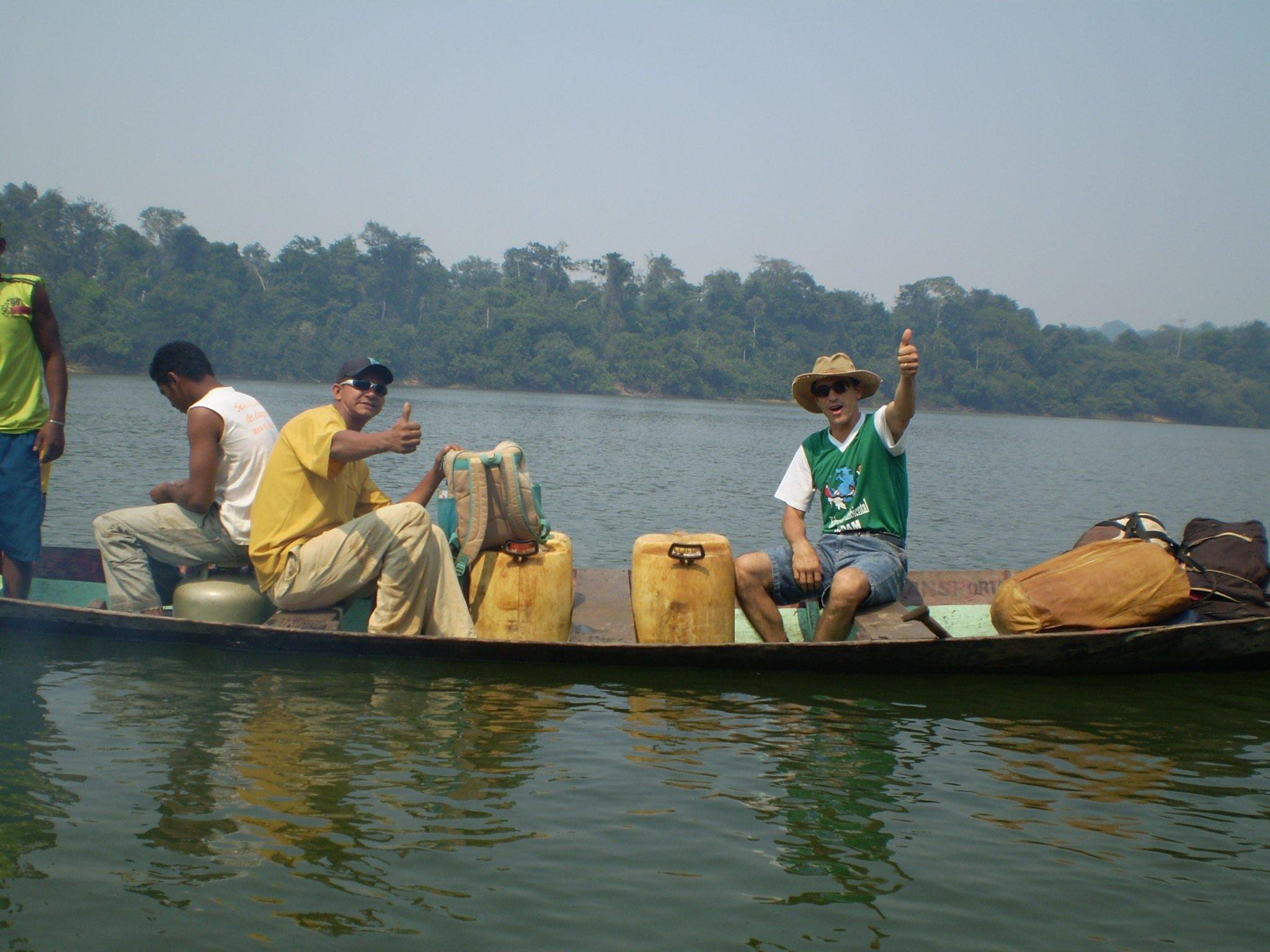 hommes dans une barque